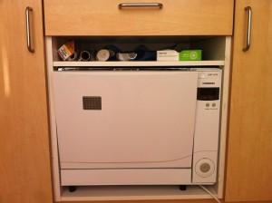 min egen bordopvaskemaskine, som er indbygget i et skab.